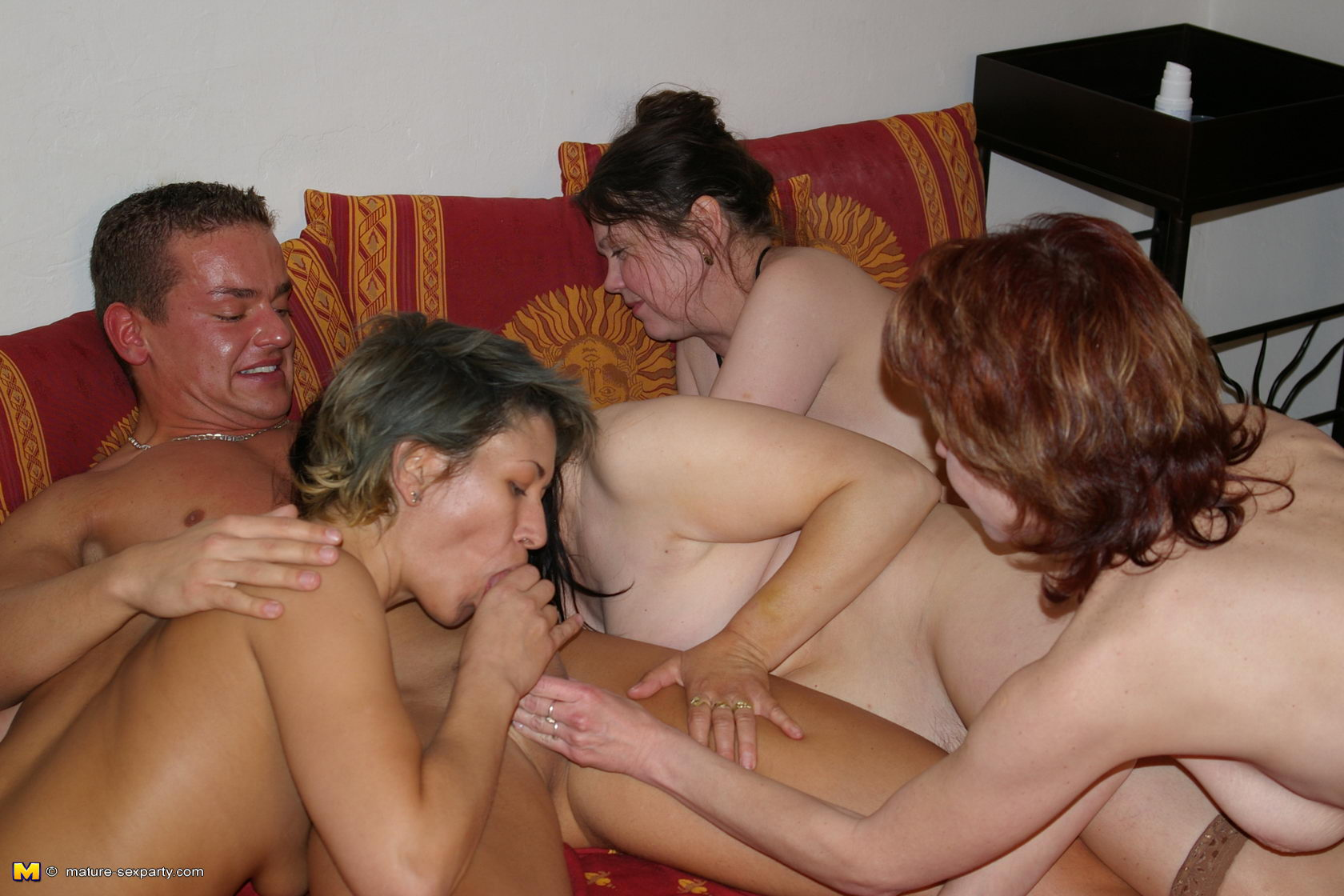 Три мамочки и один мужик 28 фотография