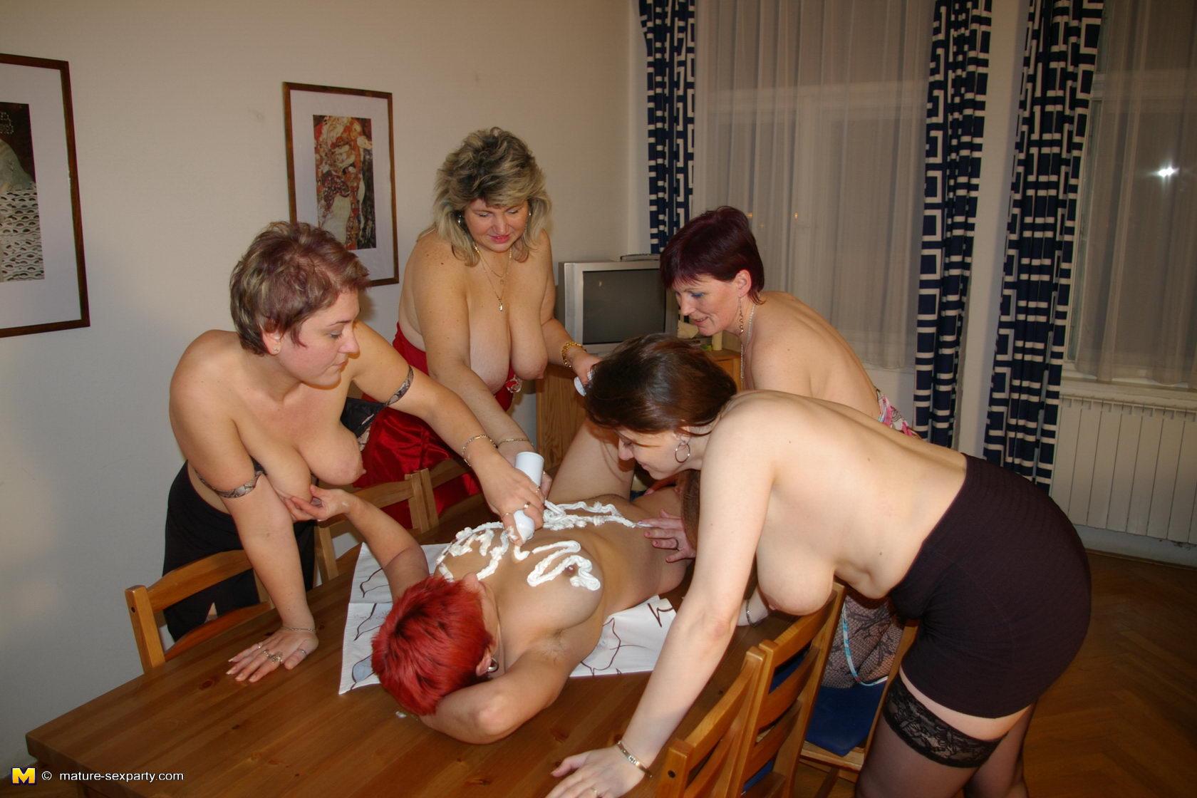 Старые лезбиянки учат молодых лезбиянок 20 фотография
