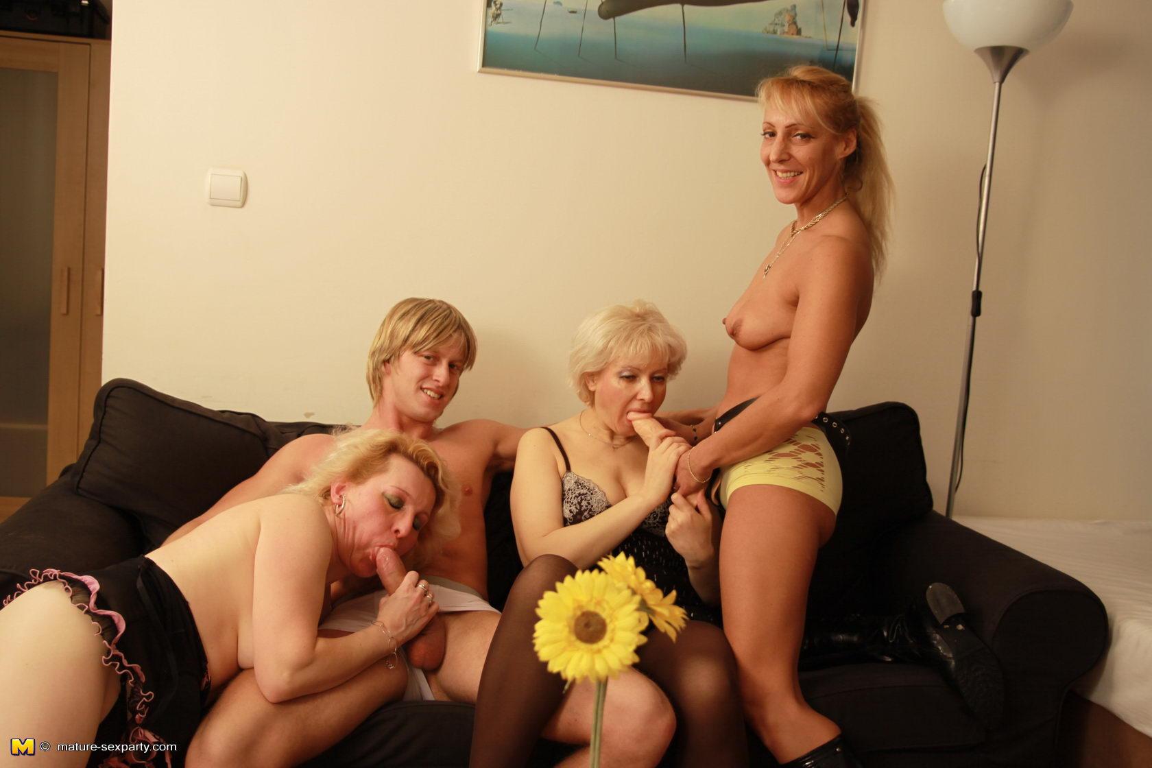 Подборка две зрелых дамы и молодой