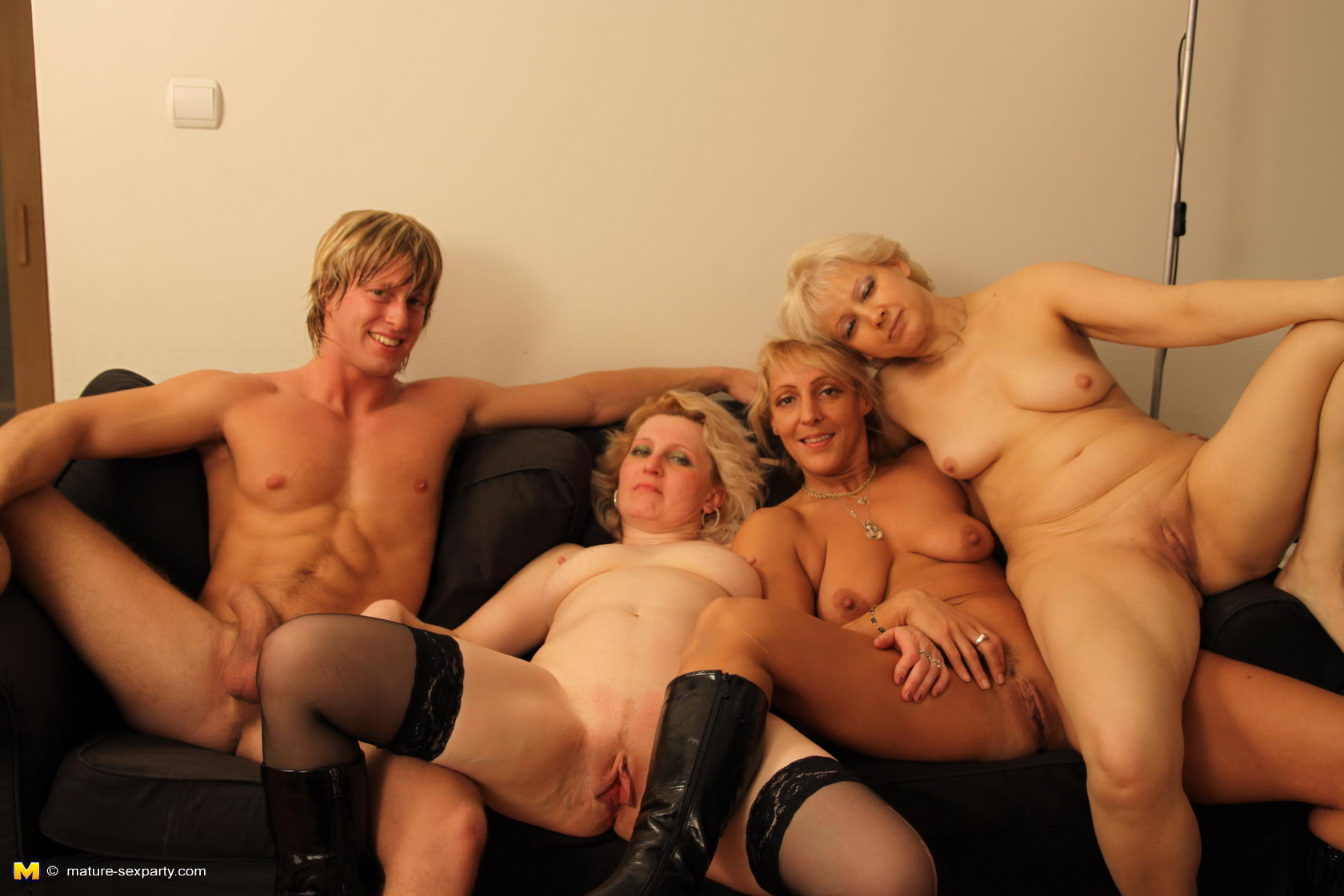 image Mature dude gets a bj at his gay massage