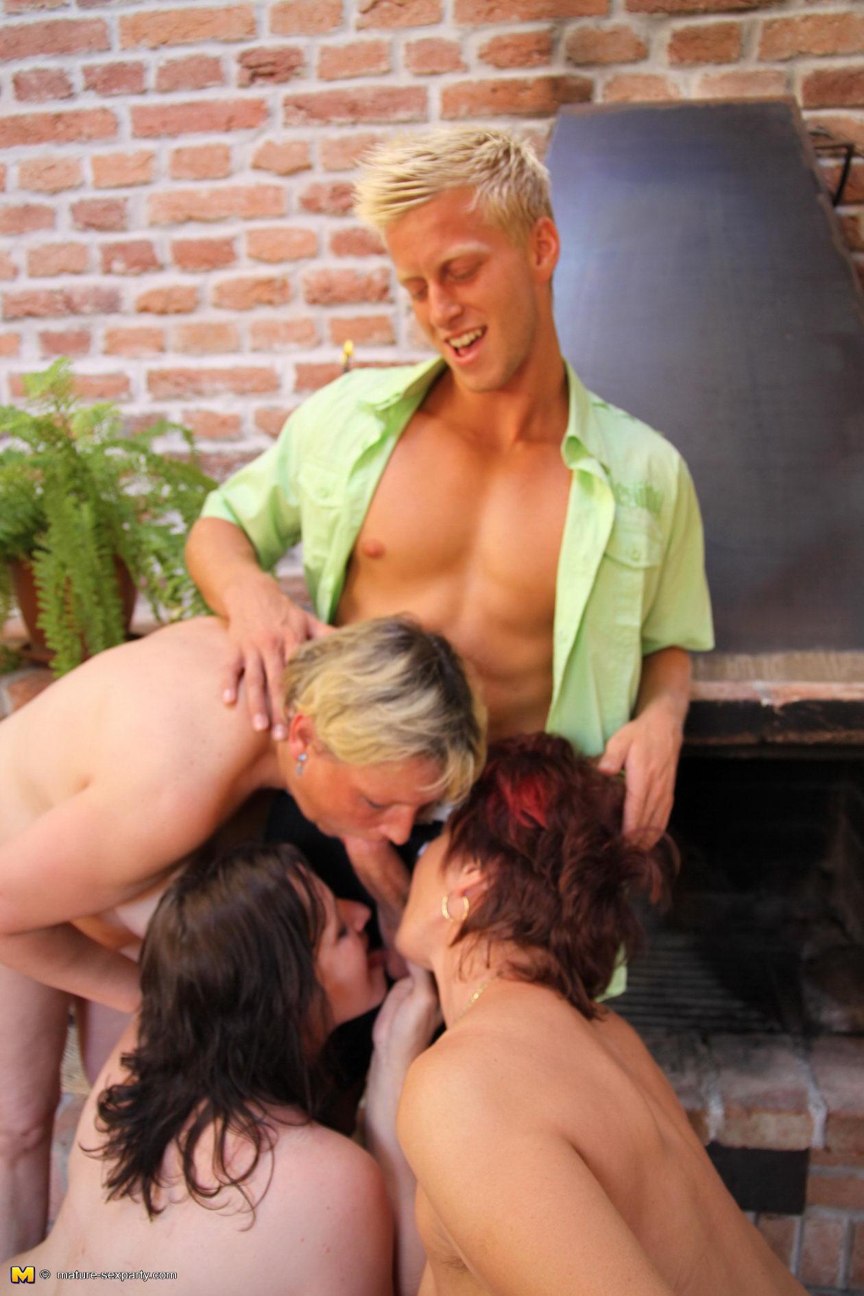 Секс старых женщин с молодыми