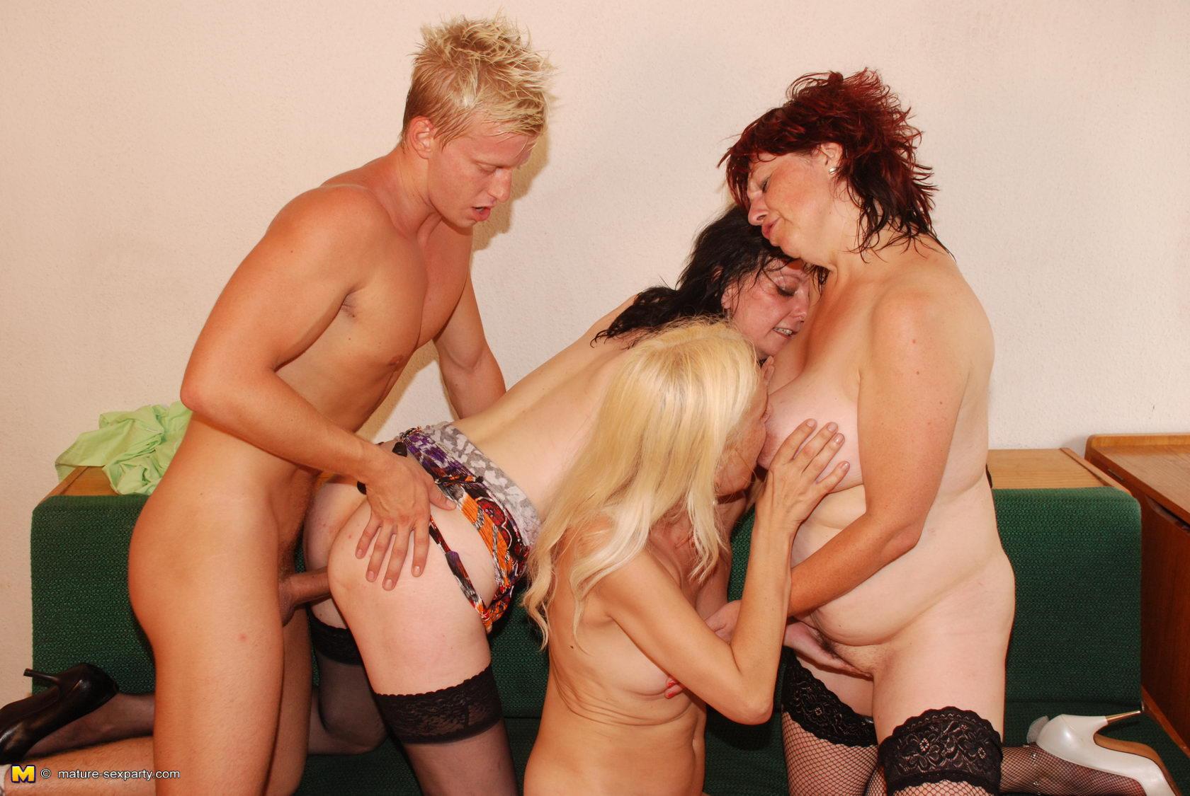 Эротические фото зрелых женщин с молодыми парнями 16 фотография