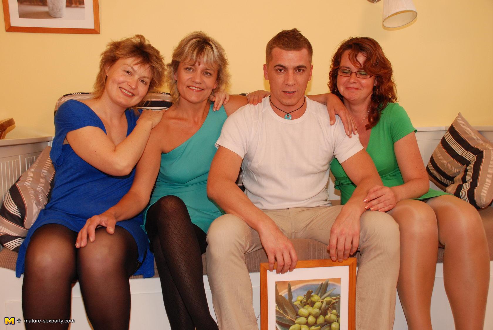 Соблазнение матери сыном с дочкой смотреть 17 фотография