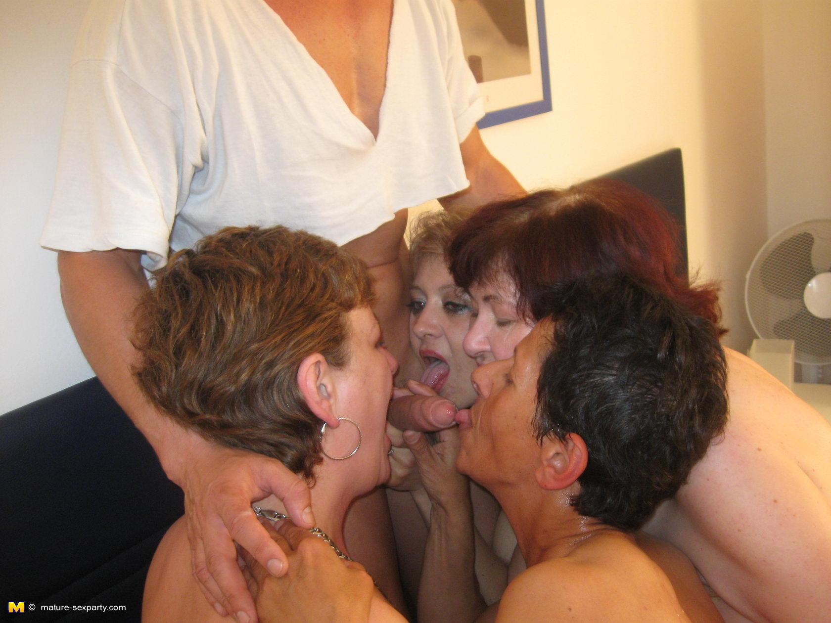 Старуха ебется с молодыми парнями 12 фотография